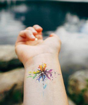 tatuaje temporal brujula acuarela modelo feel tattoo