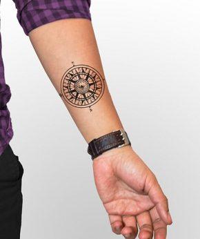 tatuaje temporal brujula modelo feel tattoo