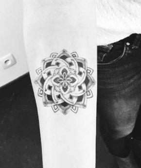 tatuaje temporal mandala rosal modelo feel tattoo