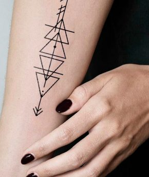 tatuaje temporal triangle direction modelo feel tattoo