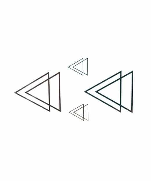 tatuaje temporal triangulos feel tattoo