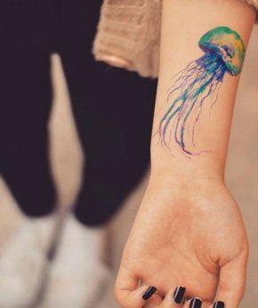 tatuaje temporal medusa acuarela modelo feel tattoo